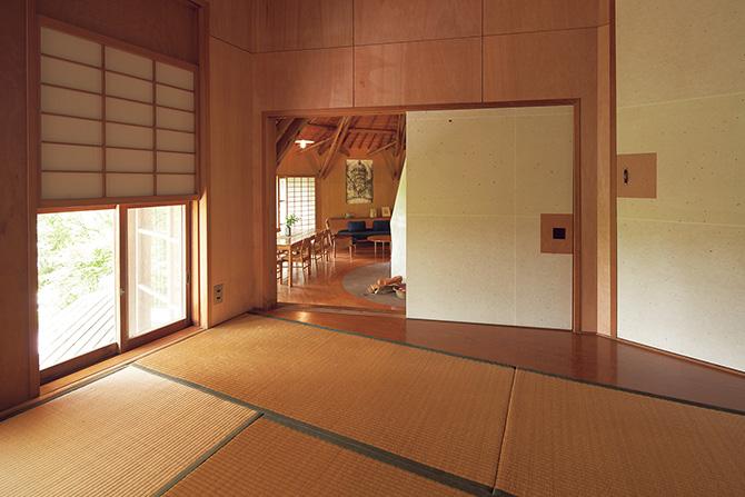 軽井沢別荘の規範、簡素にして誠実な杉丸太建築