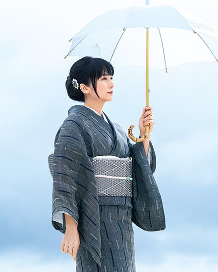 ヒキサギー文様の芭蕉布きものをまとう柴咲コウさん