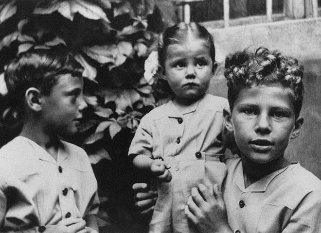 幼少期のジョルジオ・アルマーニ。ロザンナ、セルジオと