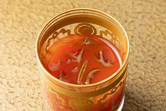 赤ピーマンのジュース じゅん菜を添えて
