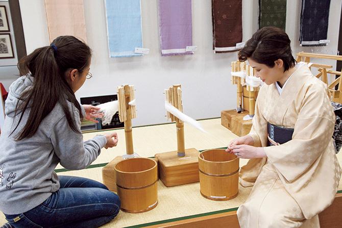 山中奈津子さん の指導で糸取りを実体験